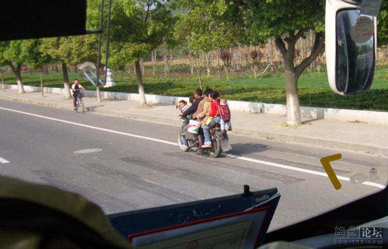 https://i2.wp.com/www.chinasmack.com/wp-content/uploads/2009/04/china-motorcycle-8-people-07.jpg