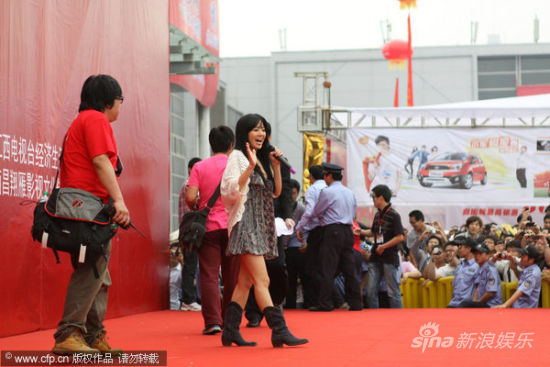Sora Aoi waving to Chinese fans in China.