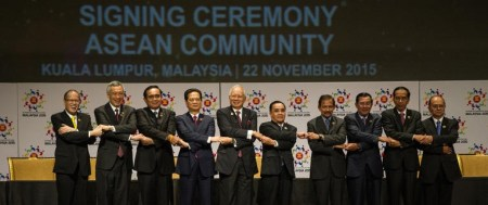 De droite à gauche, Philippine President Benigno Aquino, Singapore Prime Minister Lee Hsien Loong, Thailand's Prime Minister Prayut Chan-O-Cha, Vietnam's Prime Minister Nguyen Tan Dung, Malaysia's Prime Minister Najib Razak, Laos Prime Minister Thongsing Thammavong, Brunei Sultan Hassanal Bolkiah, Cambodia's Prime Minister Hun Sen, Indonesia's President Joko Widodo and Myanmar President Thein Sein
