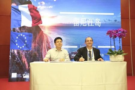 Signature entre Stéphane Fouassin, président de l'IRT et He Zhineng, directeur adjoint du bureau du tourisme Tianjin