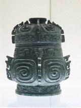 Vase qizhong hu pour conserver les boissons. Bronze, époque du règne du roi Gong, Zhou occidentaux. Shanghai Museum.
