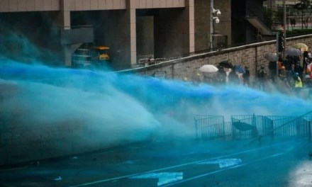 Un liquide bleu utilisé contre les manifestants