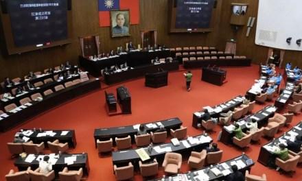 Des élus de Taïwan jettent des abats de porc au Parlement