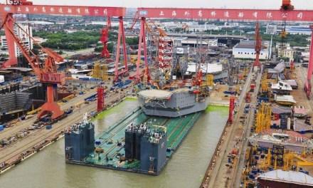 Assemblage du premier grand paquebot de croisière fabriqué en Chine