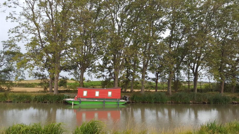 Il canal du Midi con una delle sue stravaganti imbarcazioni