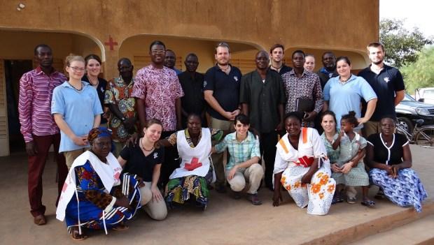 Mission humanitaire au Burkina Faso, avec chiropracteurs et bénévoles de Croix-Rouge.