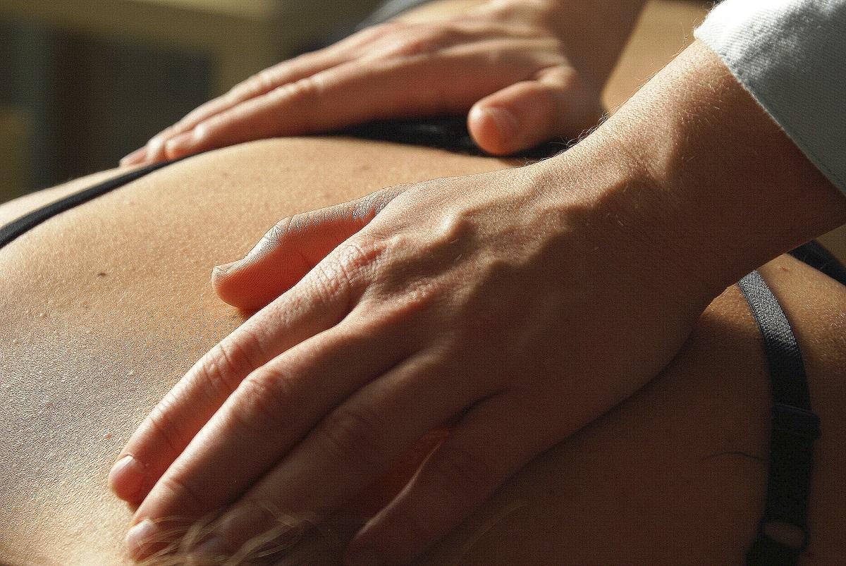 Mains d'une chiropracteur pratiquant méthode de soins naturelle- la chiropraxie.
