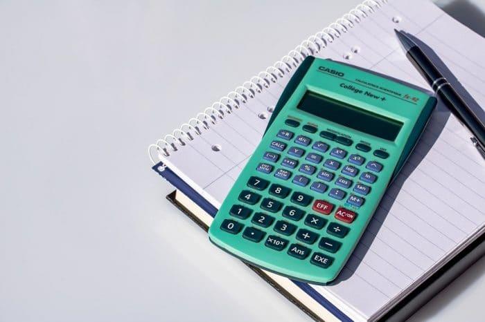 ノートと緑色の電卓