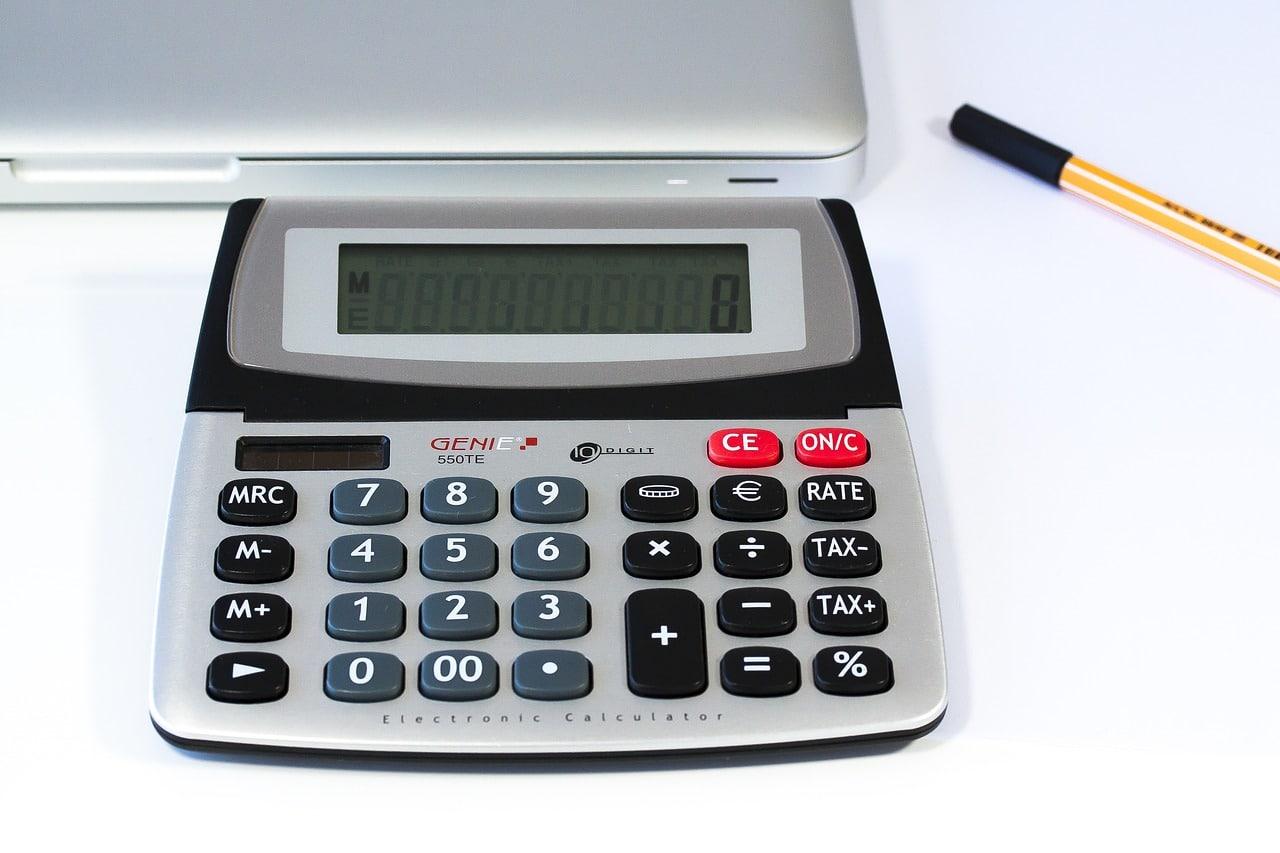 電卓とパソコン