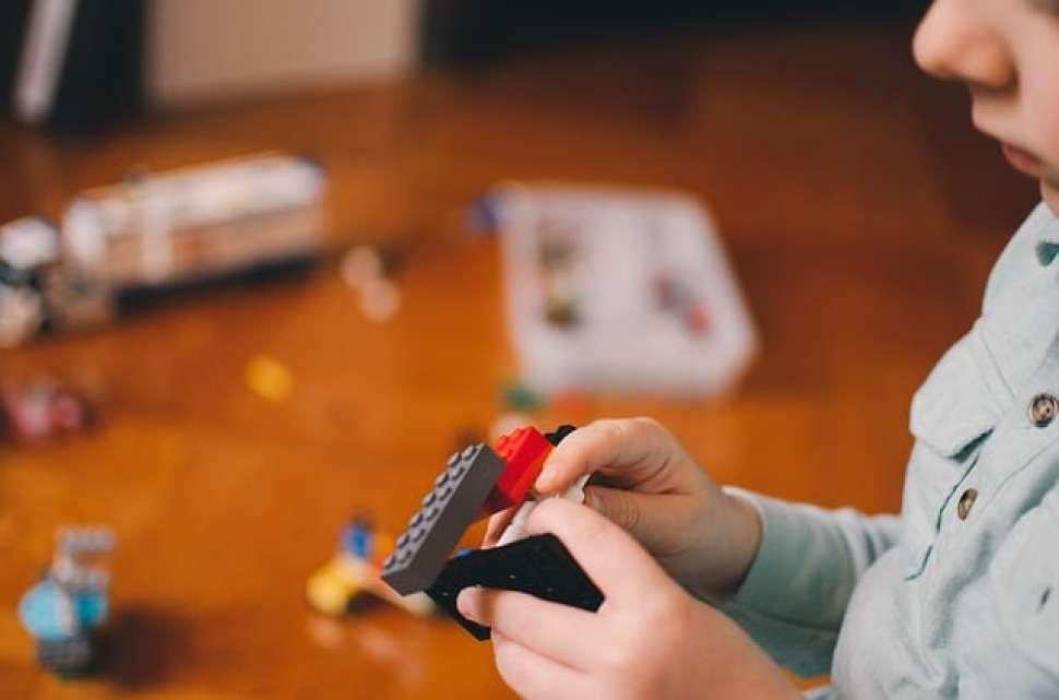 レゴブロックを組み立てる少年