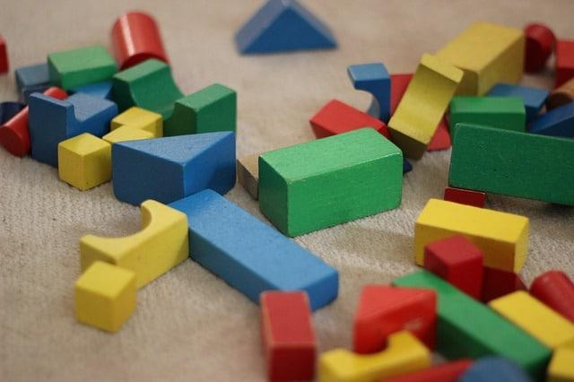 たくさんのカラフルなおもちゃのブロック