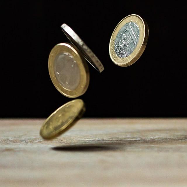テーブルに落ちる4枚のコイン