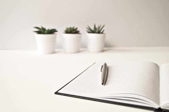観葉植物とペンとノート