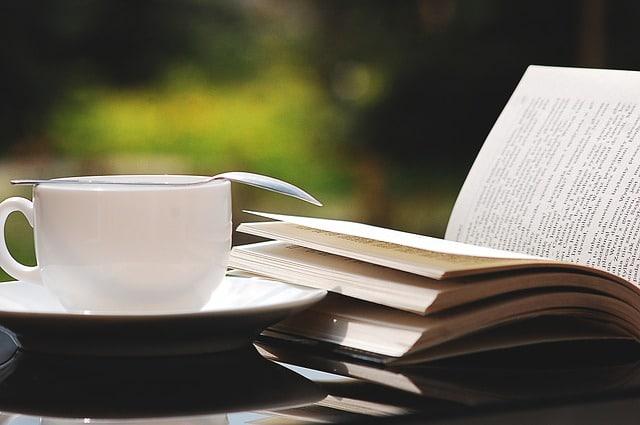 開かれた本とコーヒー