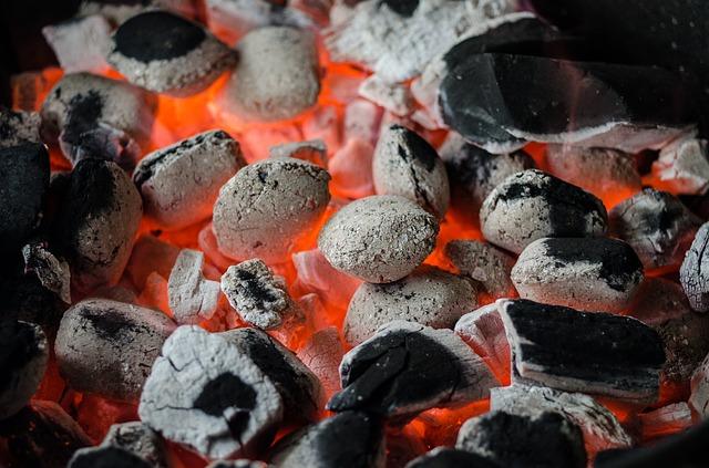 燃えている高温の石炭