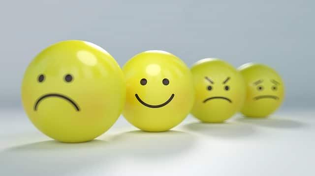 表情が書かれた4個の黄色いボール