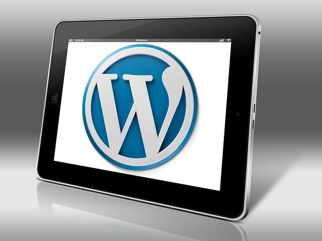 タブレットに表示されたワードプレスの頭文字の「W」