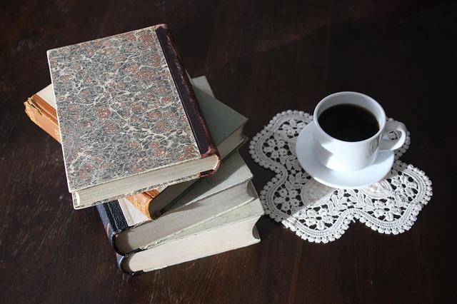 重ねられた本とコーヒー