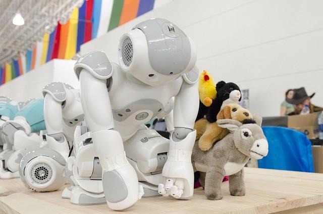 動物のぬいぐるみと手を床につくロボット