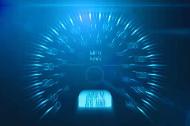 スピードを超過している車の速度計