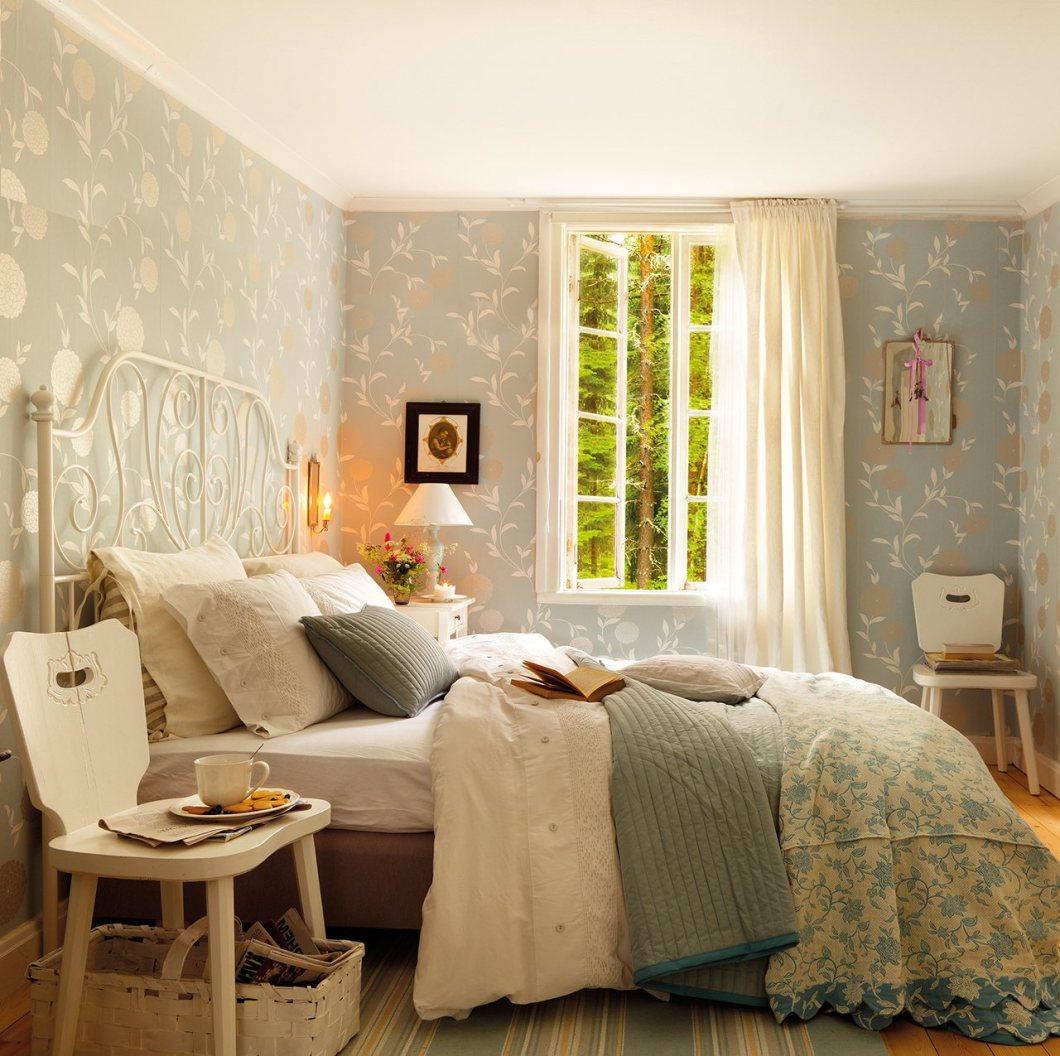 dormitorio_ikea_con_paredes_de_papel_pintado_con_motivos_florales_y_cama_con_cabecero_de_forja_1280x1275