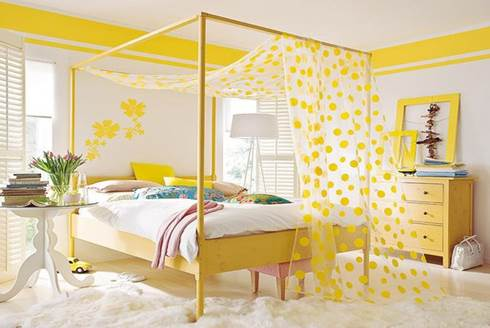 Camera-da-letto-con-baldacchino-di-colore-giallo