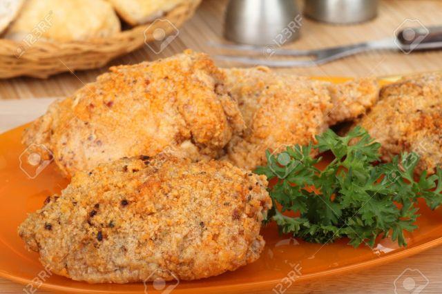 15218059-Empanados-muslos-de-pollo-al-horno-en-una-placa-Foto-de-archivo