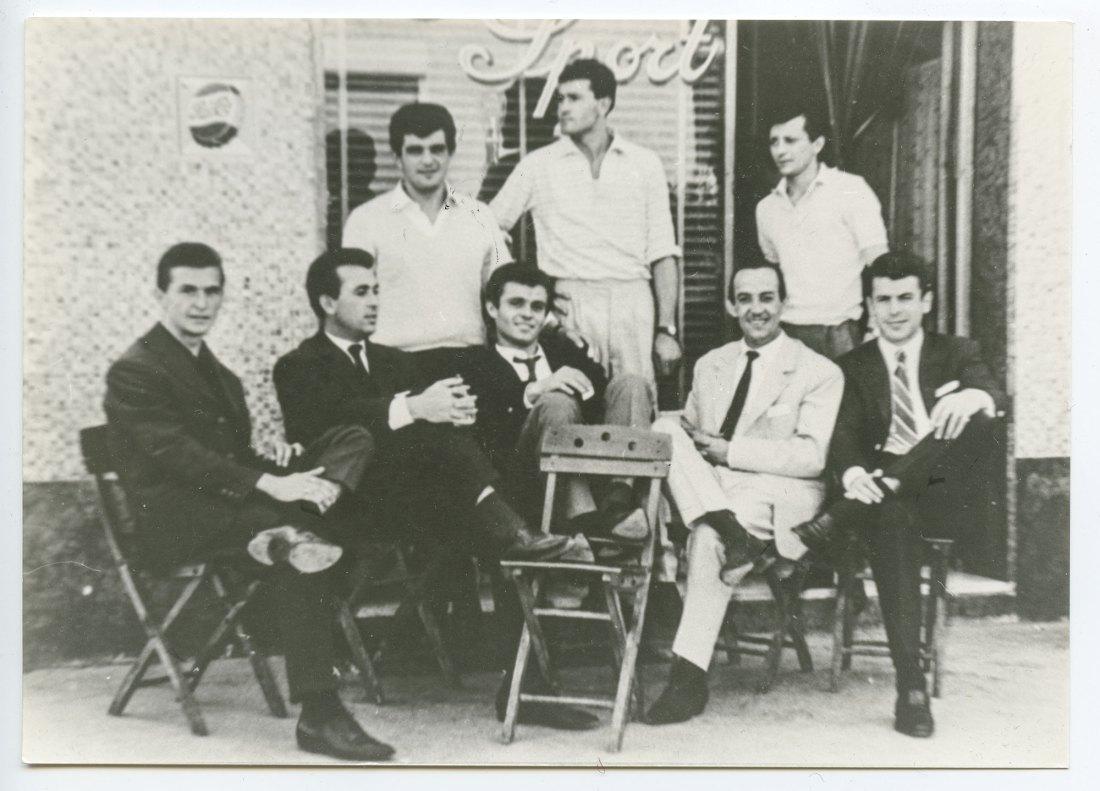 Al bar dello Sport calciatori e tifosi. Il primo da sinistra Umberto Ratti