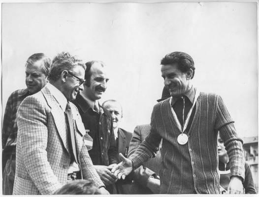 Bruno Giuliani, terzo da sinistra, consegna il premio dopo una gara podistica organizzata dalle ACLI