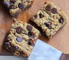 GOOEY CHOCOLATE CHIP PEANUT BUTTER BARS - Crazy addictive recipe... like the lovechild of a chocolate chip cookie and a Reeses peanut butter cup! Recipe here: http://chocolatecoveredkatie.com/2015/03/18/chocolate-chip-peanut-butter-bars/