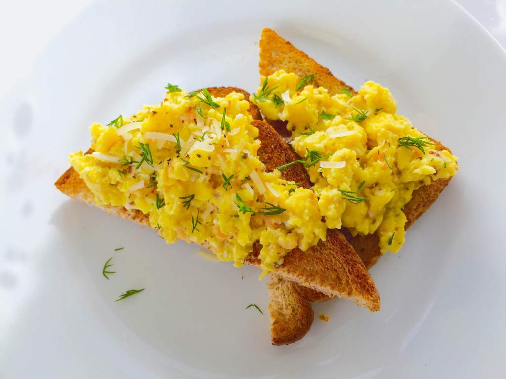 scrambled eggs, smoked salmon, scrambled eggs with smoked salmon, breakfast eggs, breakfast recipe, best scrambled eggs, how to scramble eggs, how to cook eggs, recipe, food blog, salmon scrambled eggs, french scrambled eggs, classic scrambled eggs, scrambled egg secret, fix eggs,