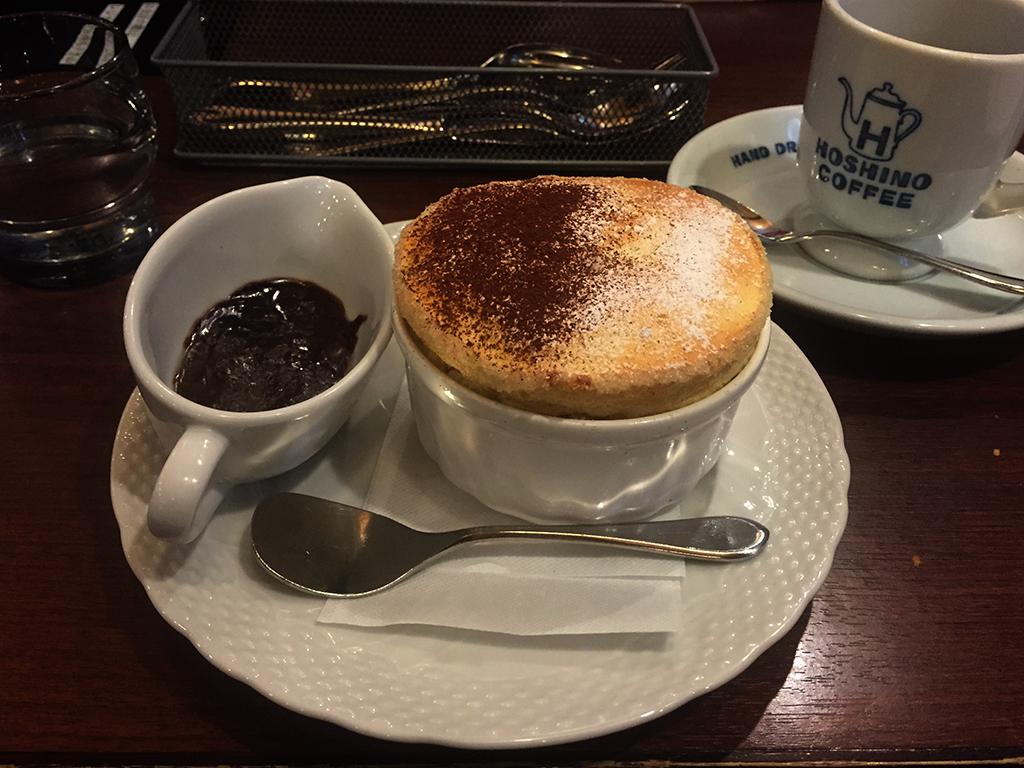 『星乃珈琲』の「バニラのスフレ(チョコレートソース)」