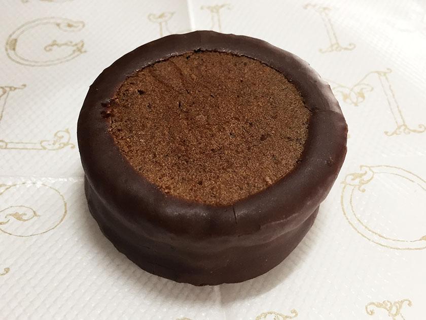 『六花亭』の「チョコマロン」チョコスポンジにチョココーティング