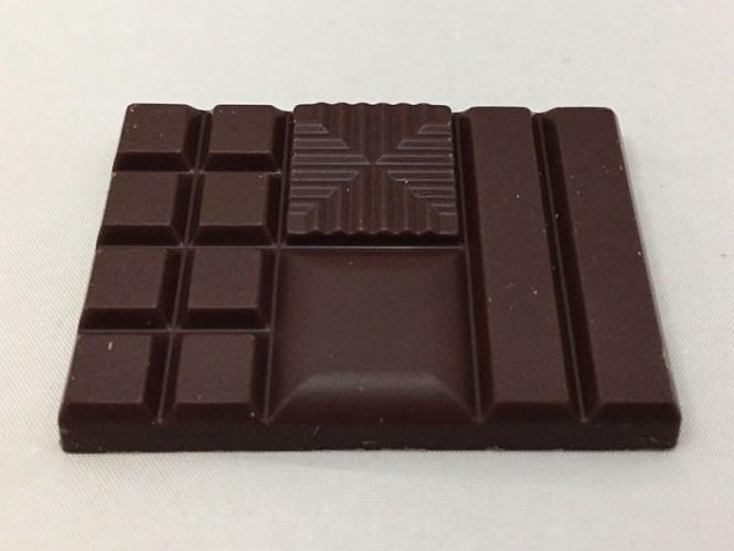 『明治』の「ザ・チョコレート軽やかな熟成感ビビッドミルク」溝入り