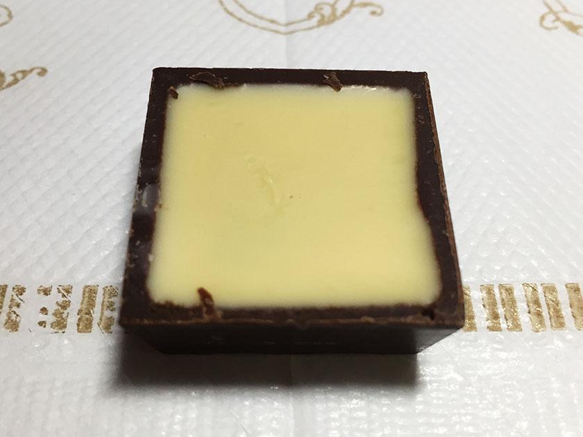 『チロル』の「完熟梅チロルチョコ」梅味のホワイトチョコがうめ