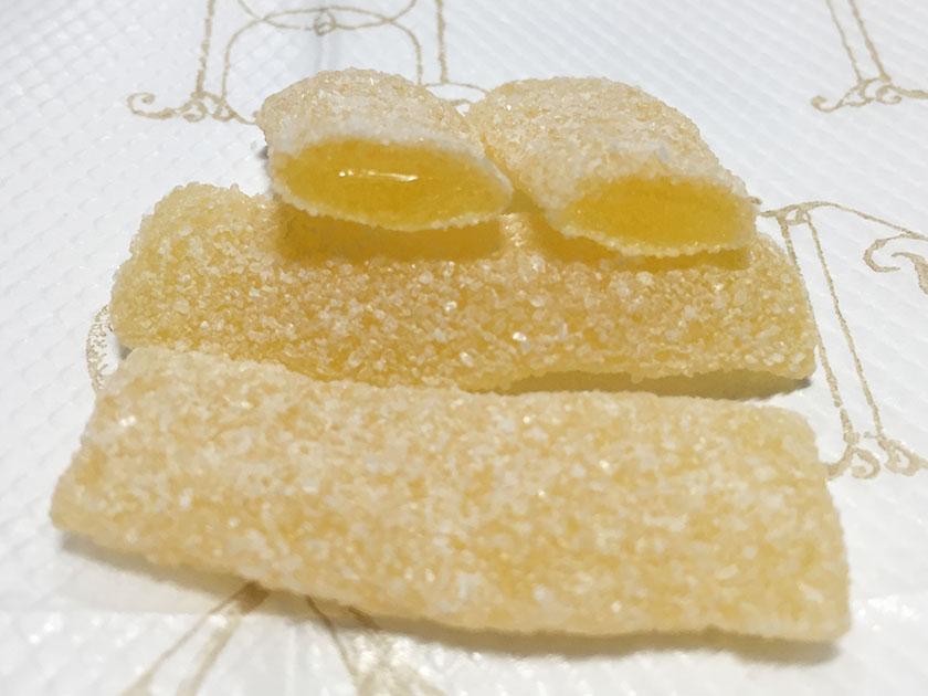 『ブルボン』の「フェットチーネグミ すいかソーダ味」断面図