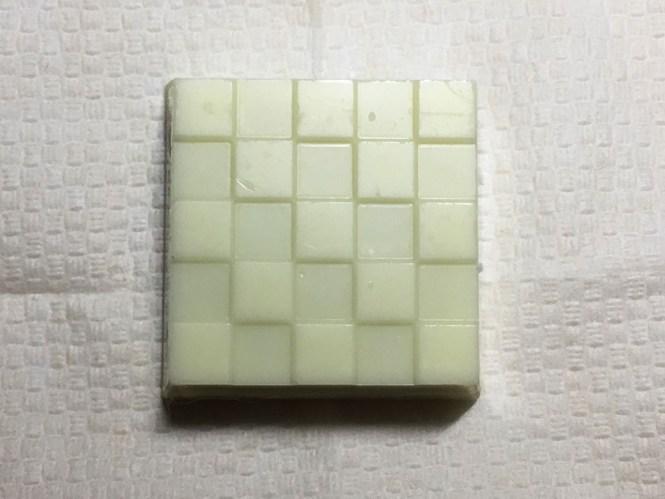 『チロルチョコ』の「チロルあいすまんじゅう」ミルク味のチョコ