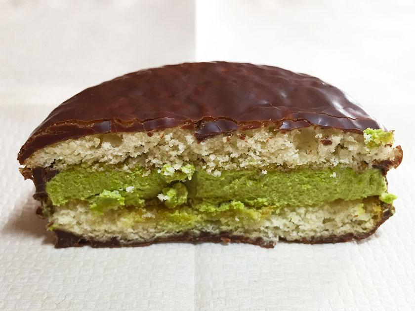 『ロッテ×パブロ』の「チョコパイ<PABLO監修 和のチーズケーキ 京味仕立て>」中央左よりの茶色が黒蜜?