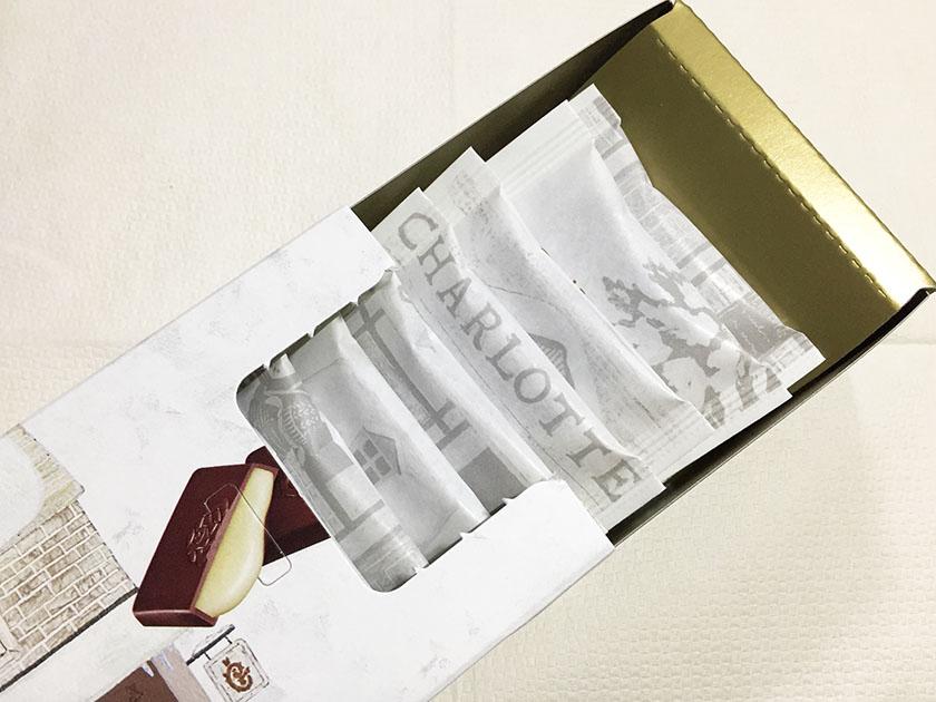 『ロッテ』の「シャルロッテ生チョコレートバニラ」内箱はゴールド