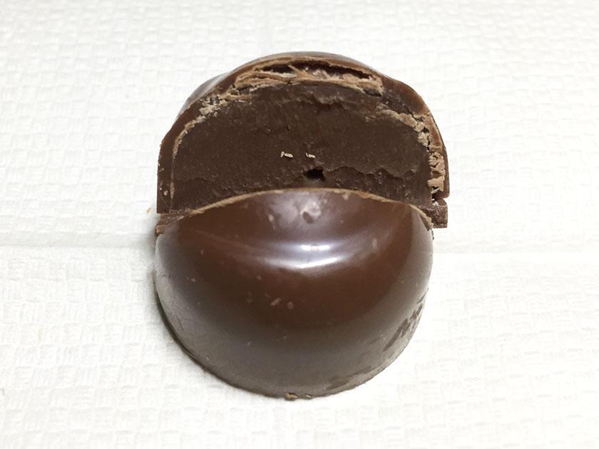 『ロッテ』の「ガーナ生チョコレート芳醇ミルク」中は生チョコ