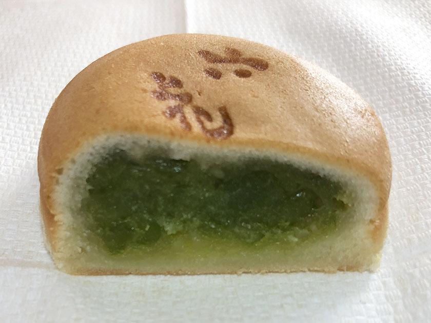 『六花亭』の「うんとこせーどっこいしょ青えんどう」明るい緑色の餡