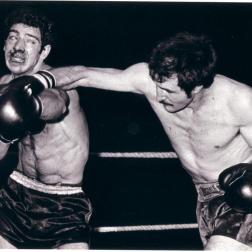 Ramdane Dahmani assène une droite plongeante au visage de notre ami Stéphane Arnone lors d'un combat à Pouchet.