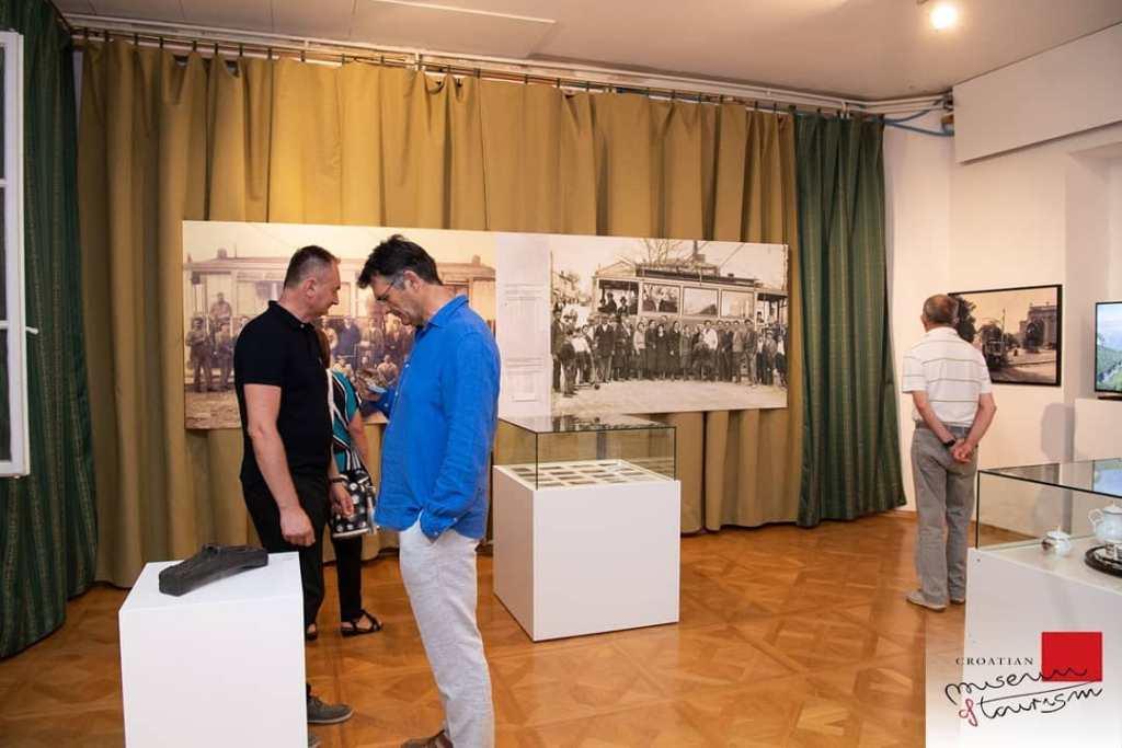 Zwiedzający w muzeum turystyki w willi Angiolina