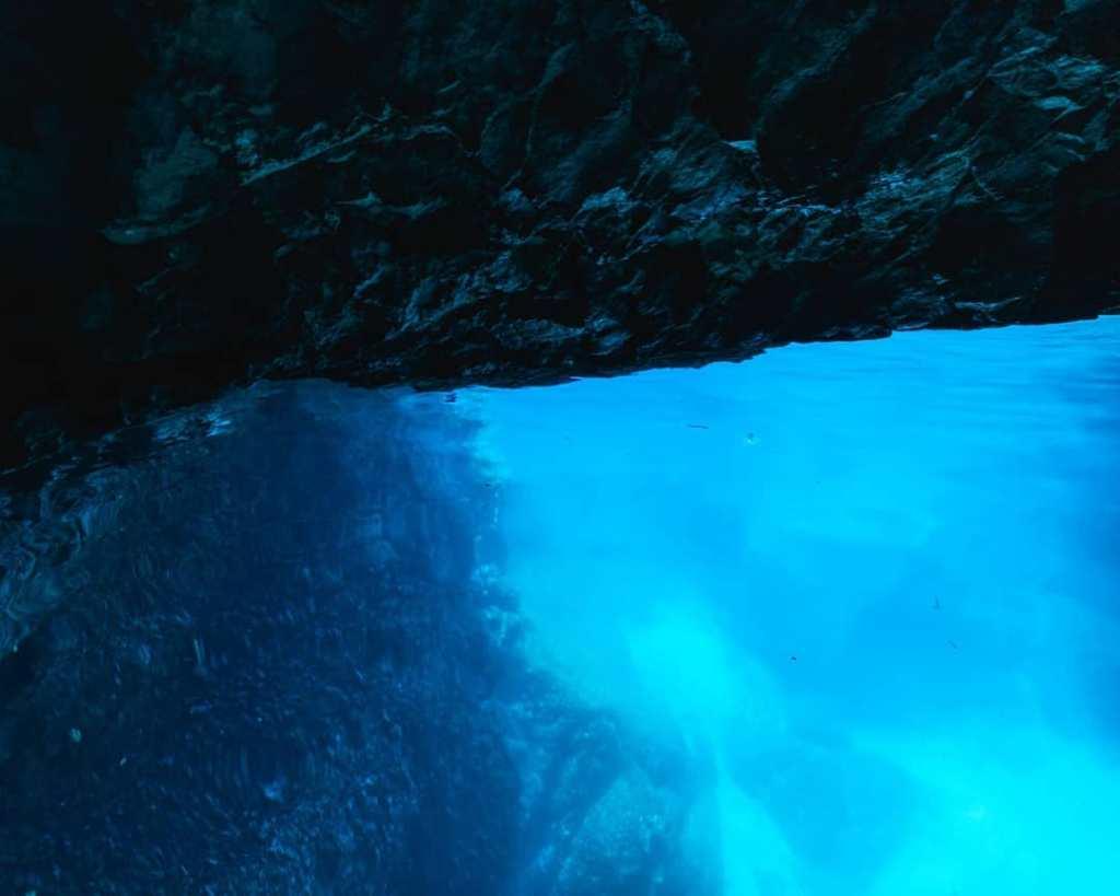 Woda jest błękitna i przeźroczysta