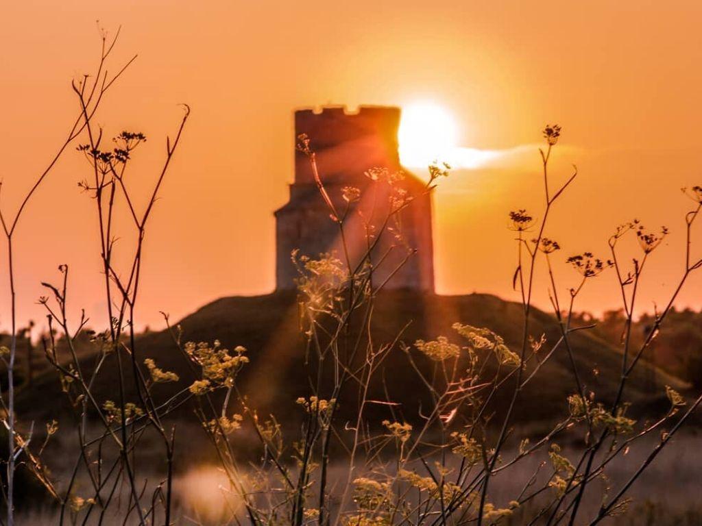 Kościół św. Mikołaja w Ninie o zachodzie słońca