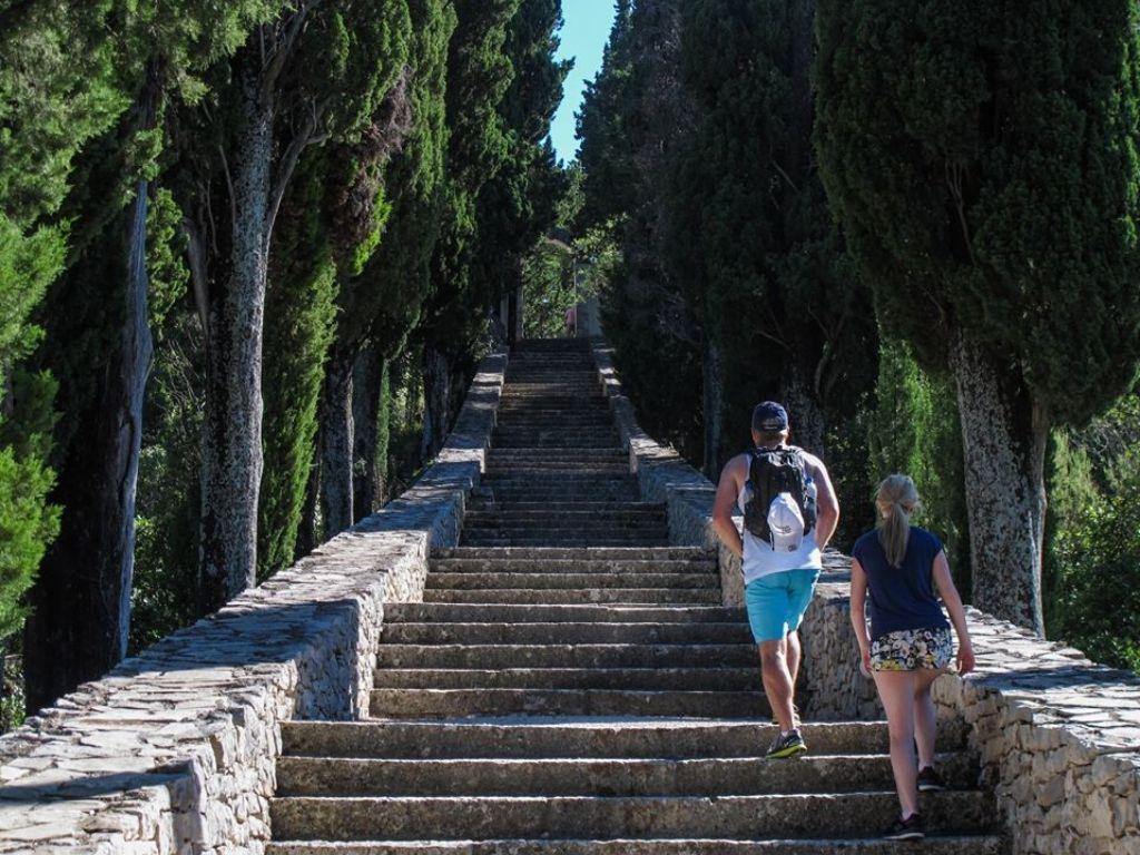 schody w parku na Korčuli
