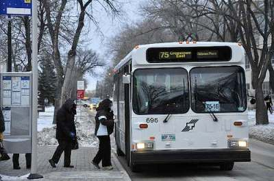 Students board a Winnipeg Transit bus on the University of Manitoba campus. (FILE)