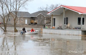 Homeowners use a boat to access their property in Breezy Point on Friday, April 8, 2011. (STAN MILOSEVIC / MANITOBAPHOTOS.COM)