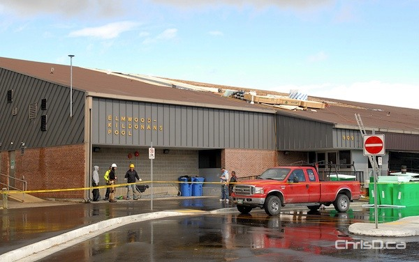 Crews work to repair damage caused to the roof of the Elmwood Kildonans Pool on Wednesday, September 14, 2011. (STAN MILOSEVIC / MANITOBAPHOTOS.COM)