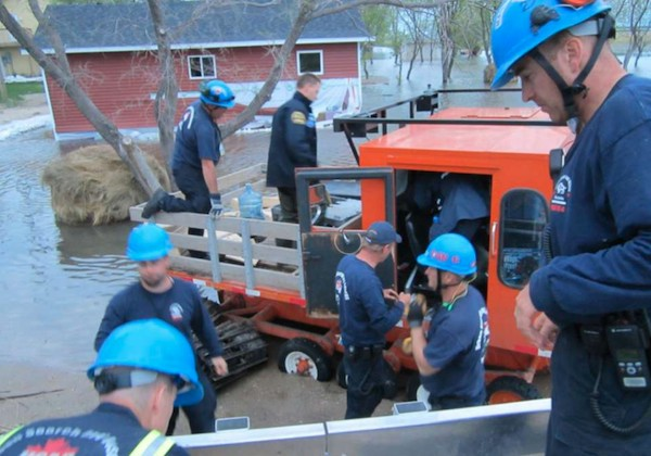 Manitoba's Urban Search and Rescue (USAR) team works in St. Laurent during the 2011 flood. (PROVINCE OF MANITOBA)